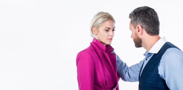 L'homme utilise la violence physique envers la femme ayant des problèmes de relations familiales à cause de l'agression, de la défense.