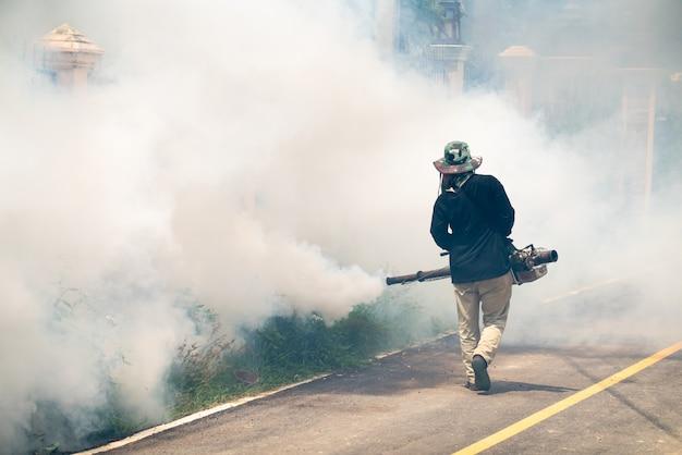 Homme utiliser fumigation moustiques machine
