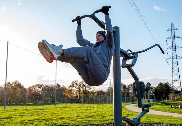 L'homme va pour les sports en plein air, l'entraînement en plein air, le sport est la santé