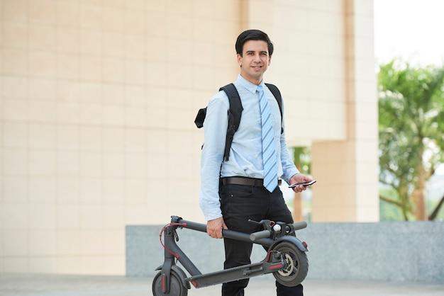 L'homme va travailler en scooter