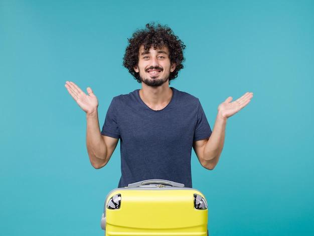 Homme en vacances se sentant heureux sur bleu
