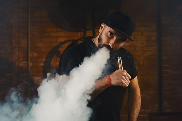 Homme vaping une cigarette électronique