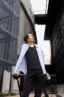 Homme avec vélo électrique dans la ville