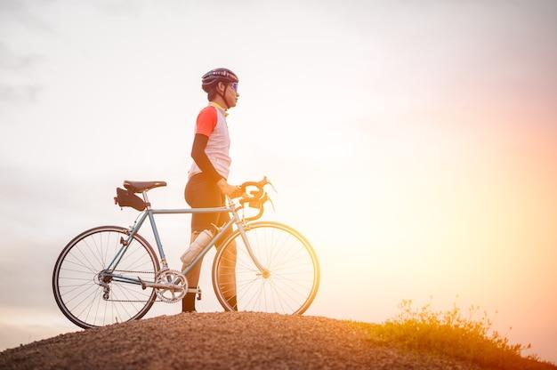 Un homme à vélo sur la montagne homme à vélo de sport vintage pour l'exercice du soir