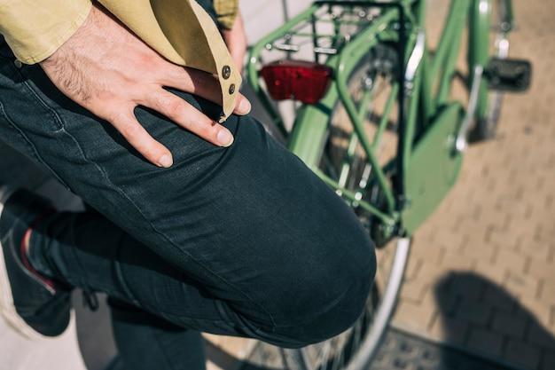 Homme avec un vélo urbain