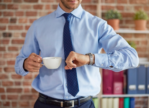 Homme vérifiant l'heure sur sa montre