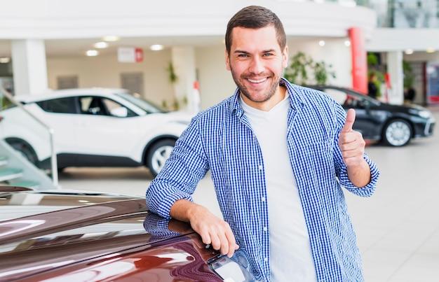 Homme vérifiant la nouvelle voiture