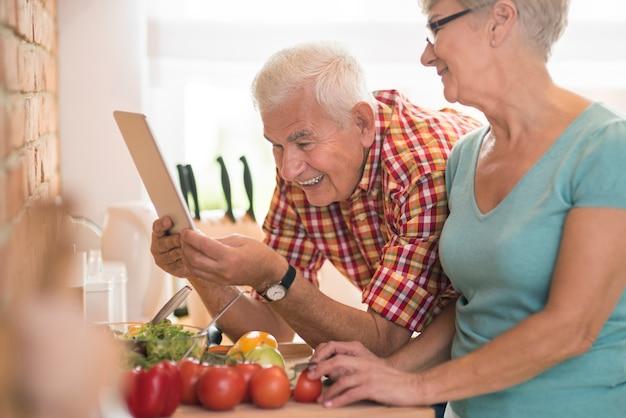 Homme vérifiant la recette sur la tablette