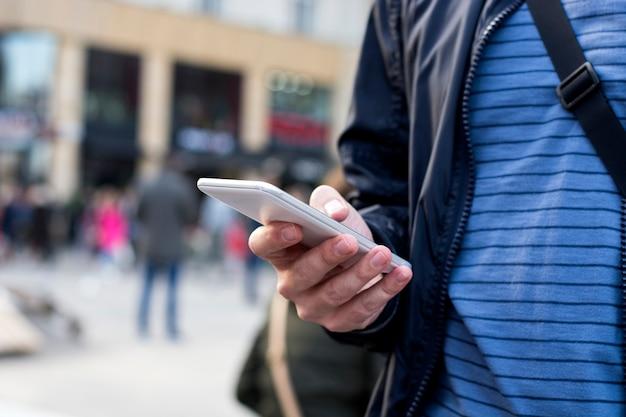 Homme vérifiant son téléphone à la rue de la ville