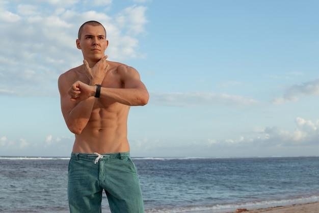 Un homme vérifie son pouls après l'entraînement. bali