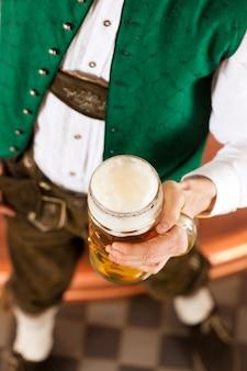 Homme, à, verre bière, dans, brasserie