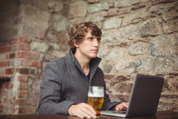 Homme, à, verre bière