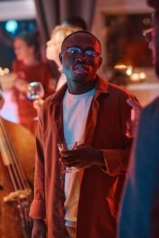 Homme avec un verre lors d'une fête