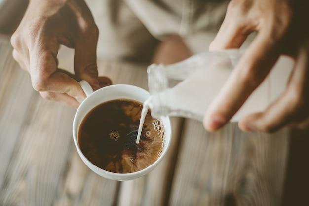 Homme, verser, lait, dans, vapeur, café