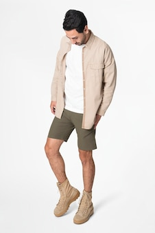 Homme en veste beige et short streetwear full body