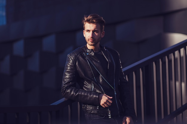 Homme en veste de cuir
