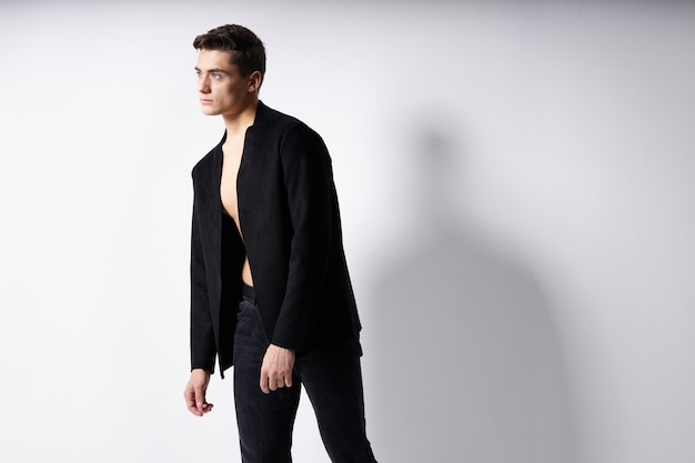 Homme en veste noire mode modèle de style de vie de style moderne. photo de haute qualité