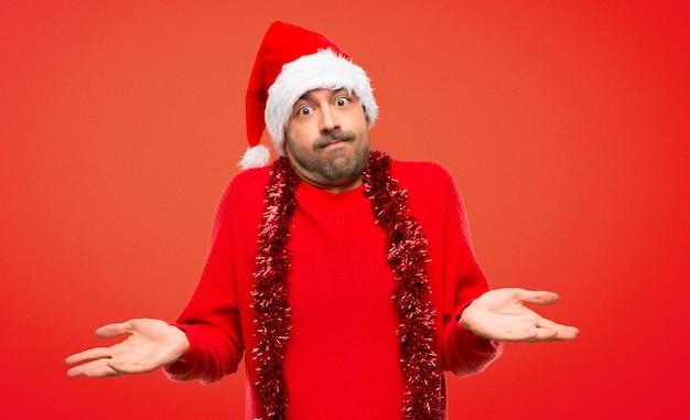 Homme avec des vêtements rouges célébrant les vacances de noël, geste insignifiant