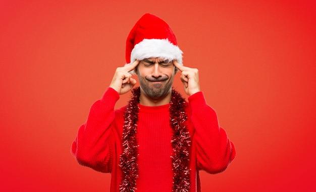 Homme avec des vêtements rouges célébrant les vacances de noël