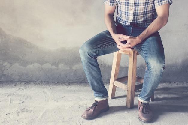 Homme vêtu d'une chemise à carreaux