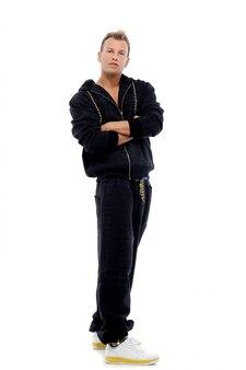 Homme vêtu d'un costume qui pose en studio