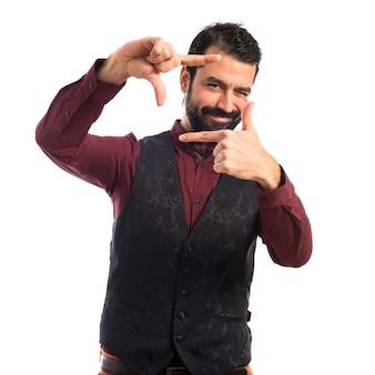 Homme vêtu de gilet qui se concentre avec ses doigts