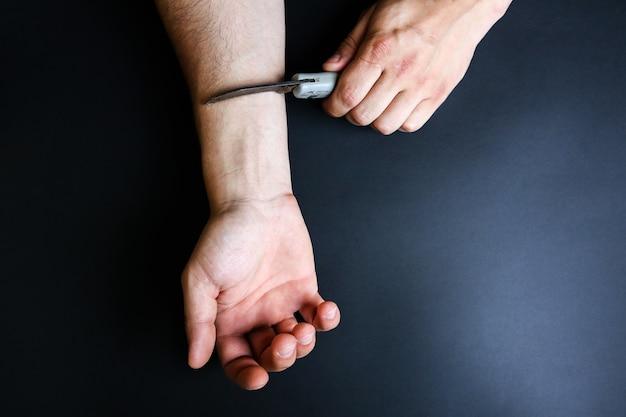 L'homme veut se suicider en tenant un couteau près de la main. maladie de dépression. choix de vie ou de mort.