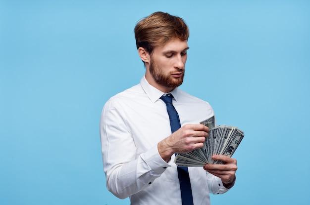 Homme vierge en cravate avec de l'argent dans la richesse des mains