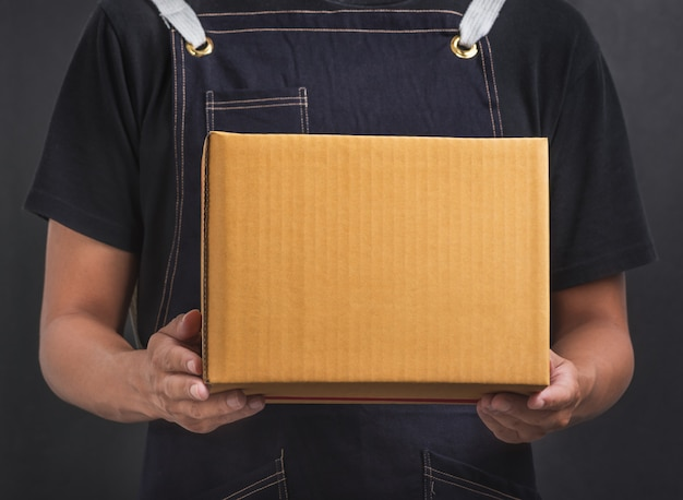 Homme vintage avec boîte de prise de main