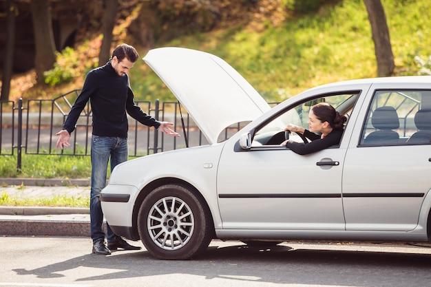L'homme voulait aider une jeune femme à réparer sa voiture, mais ne sait pas quel est le problème