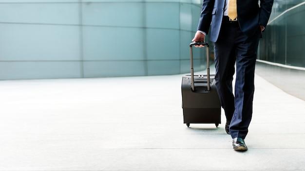 Homme en voyage d'affaires