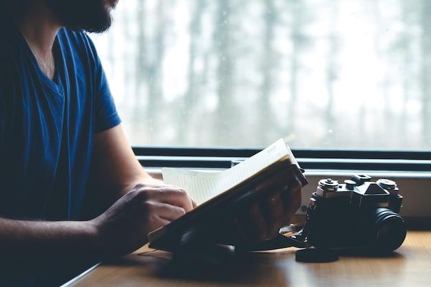 L'homme voyage en train assis près de la fenêtre