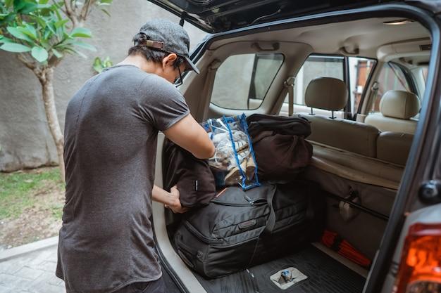 L'homme voyage en voiture seul et prépare les bagages