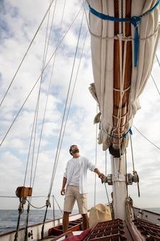 Homme voyageant en bateau à san sebastian