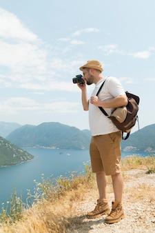 Homme voyageant seul au monténégro