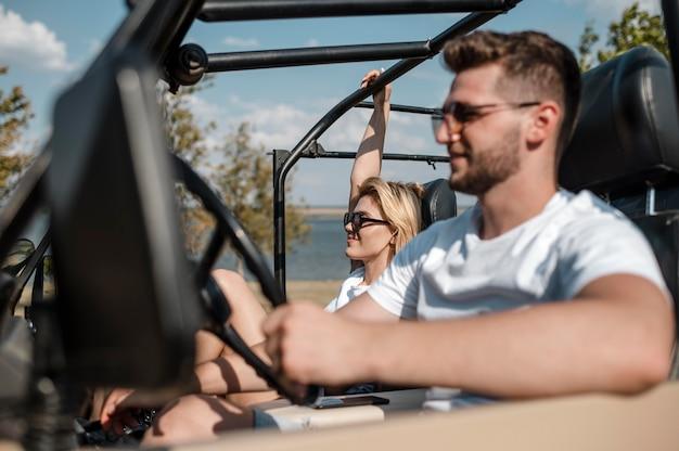 Homme voyageant en voiture avec ses amis