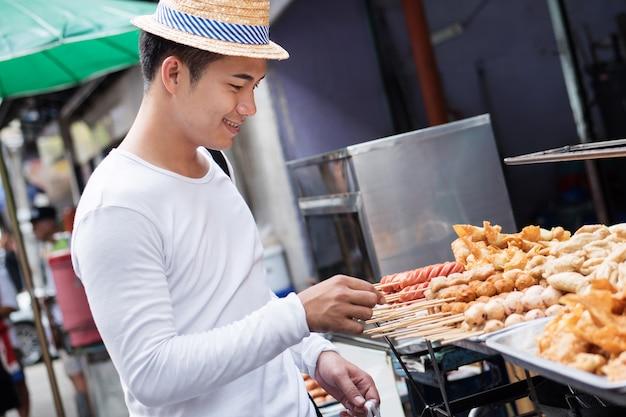 Homme, voyageur, apprécier, asiatique, thaïlande, rue, nourriture