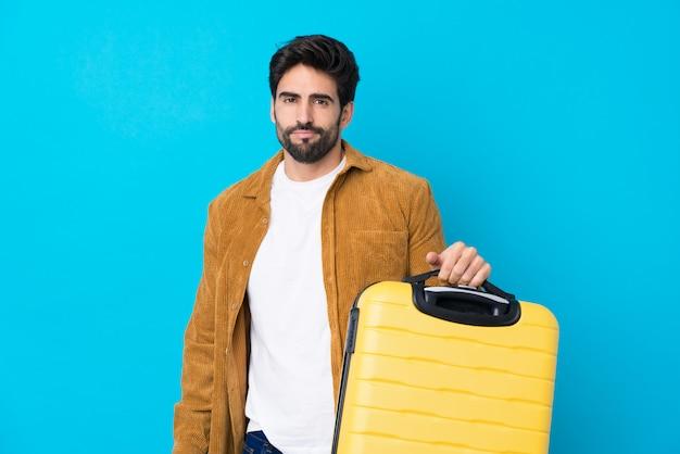 Homme voyageur avec barbe sur mur isolé
