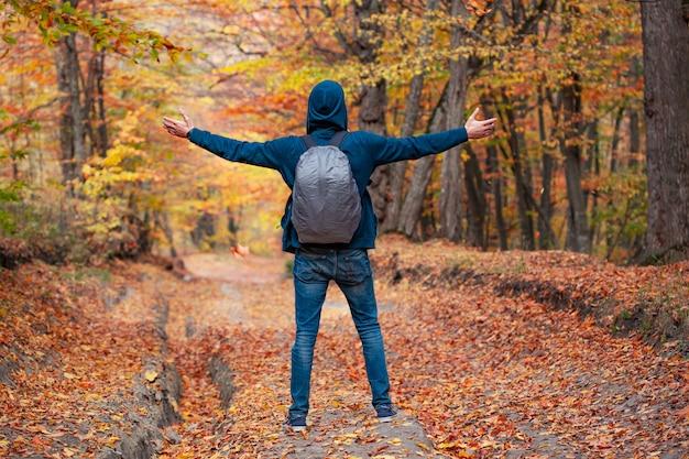 Homme voyageur dans la nature d'automne