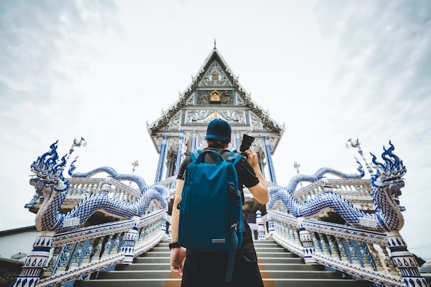 Homme voyageur dans le temple thaïlandais