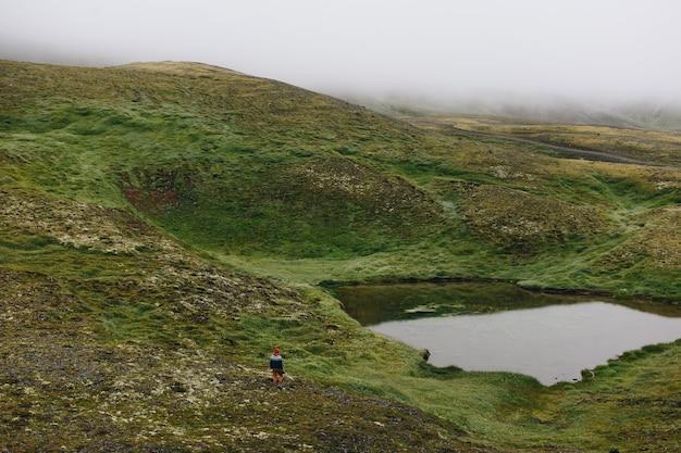 Homme voyageur marche arund islandais paysage