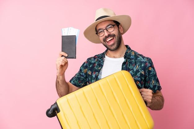 Homme voyageur sur mur rose isolé