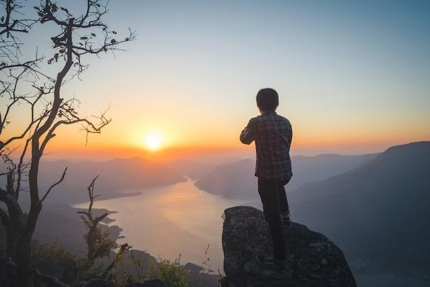 Homme voyageur relaxant seul dans le concept mountains travel lifestyle