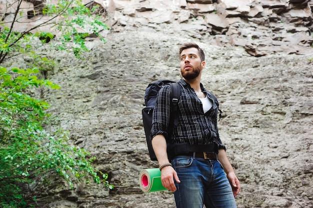 Homme voyageur avec sac à dos alpinisme voyage lifestyle concept.