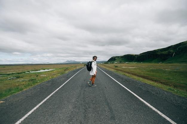 Homme voyageur avec sac à dos explorer l'islande