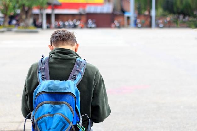 Homme voyageur avec sac à dos. flou artistique et sur fond de lumière