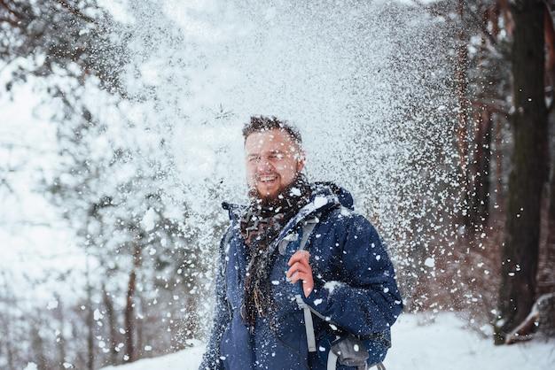 Homme voyageur avec sac à dos randonnée voyage lifestyle aventure vacances actives en plein air. beau paysage forestier