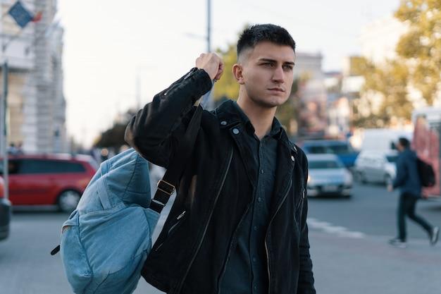 Un Homme Voyageur Avec Son Sac à Dos Explorer La Ville Photo Premium
