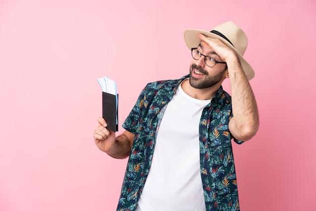Homme voyageur tenant un passeport sur le mur rose