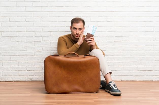 Homme voyageur avec valise et carte d'embarquement murmurant quelque chose